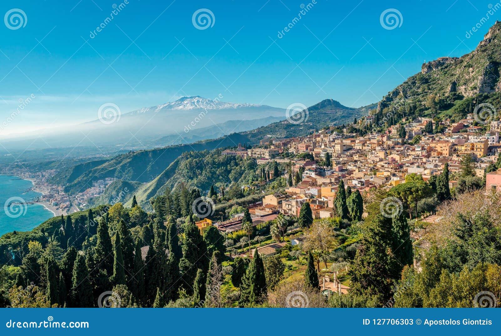 Panorama de Taormina avec le mont Etna à l arrière-plan