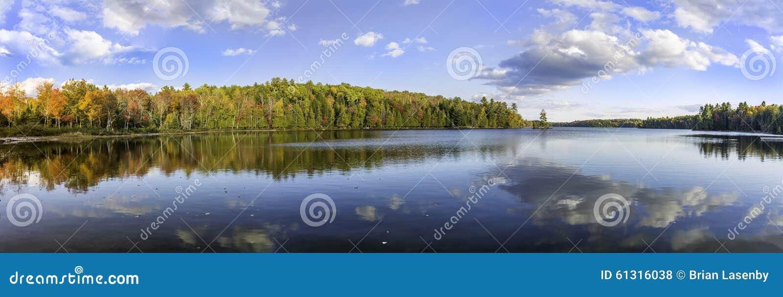 Panorama de un lago en el otoño - Ontario, Canadá
