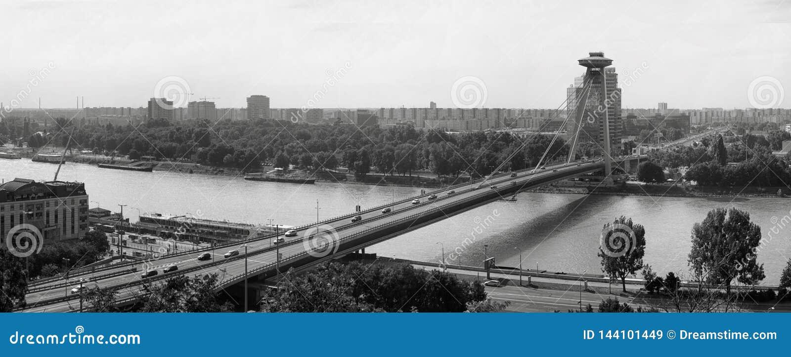 Panorama de un puente sobre la ciudad