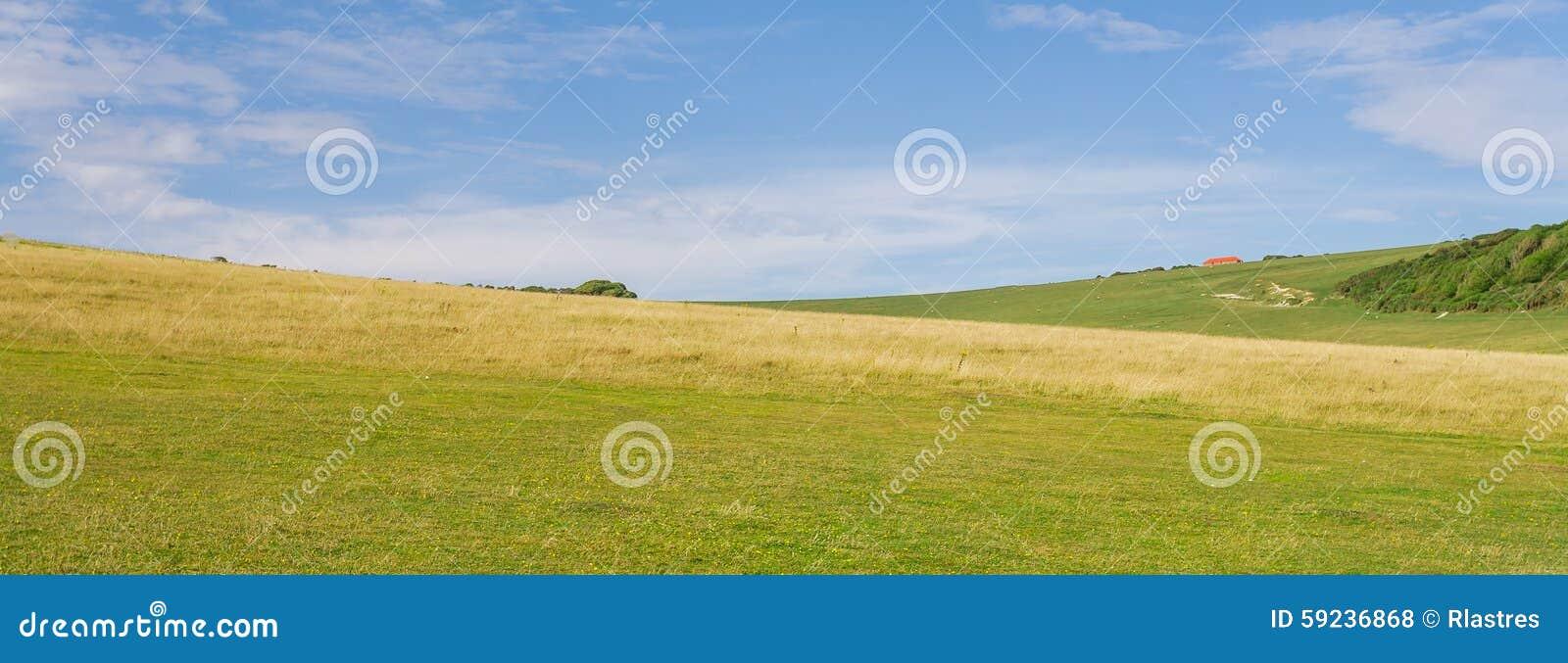 Panorama de un valle verde del campo inglés