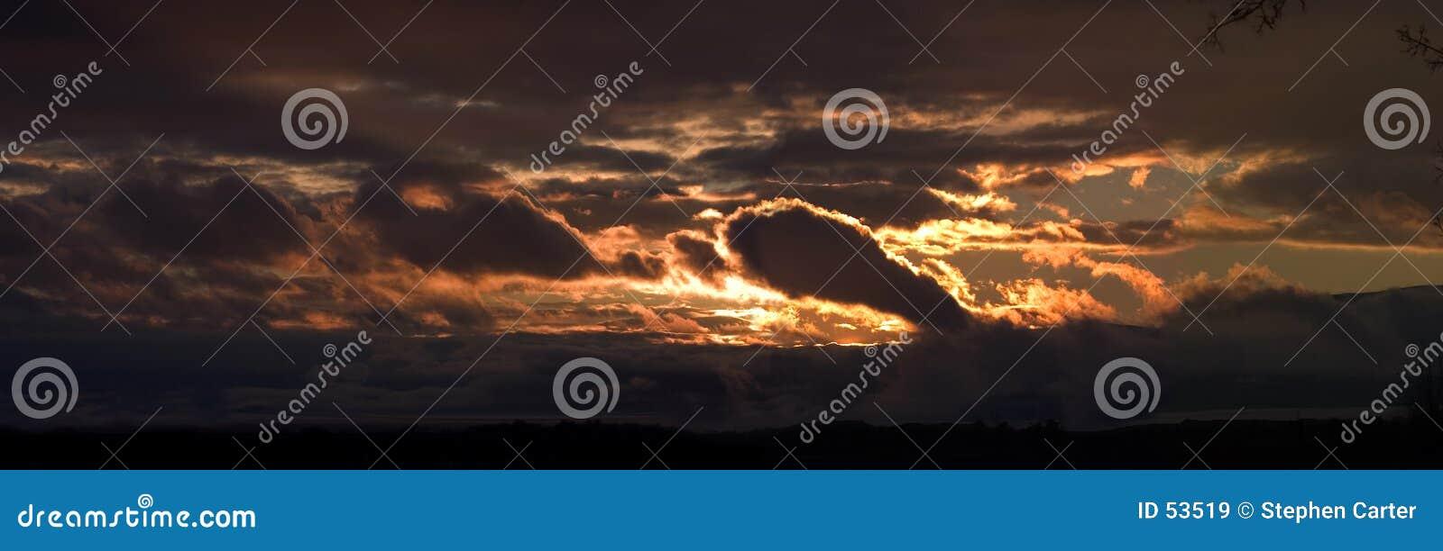 Panorama de una puesta del sol tempestuosa sobre el lago utah