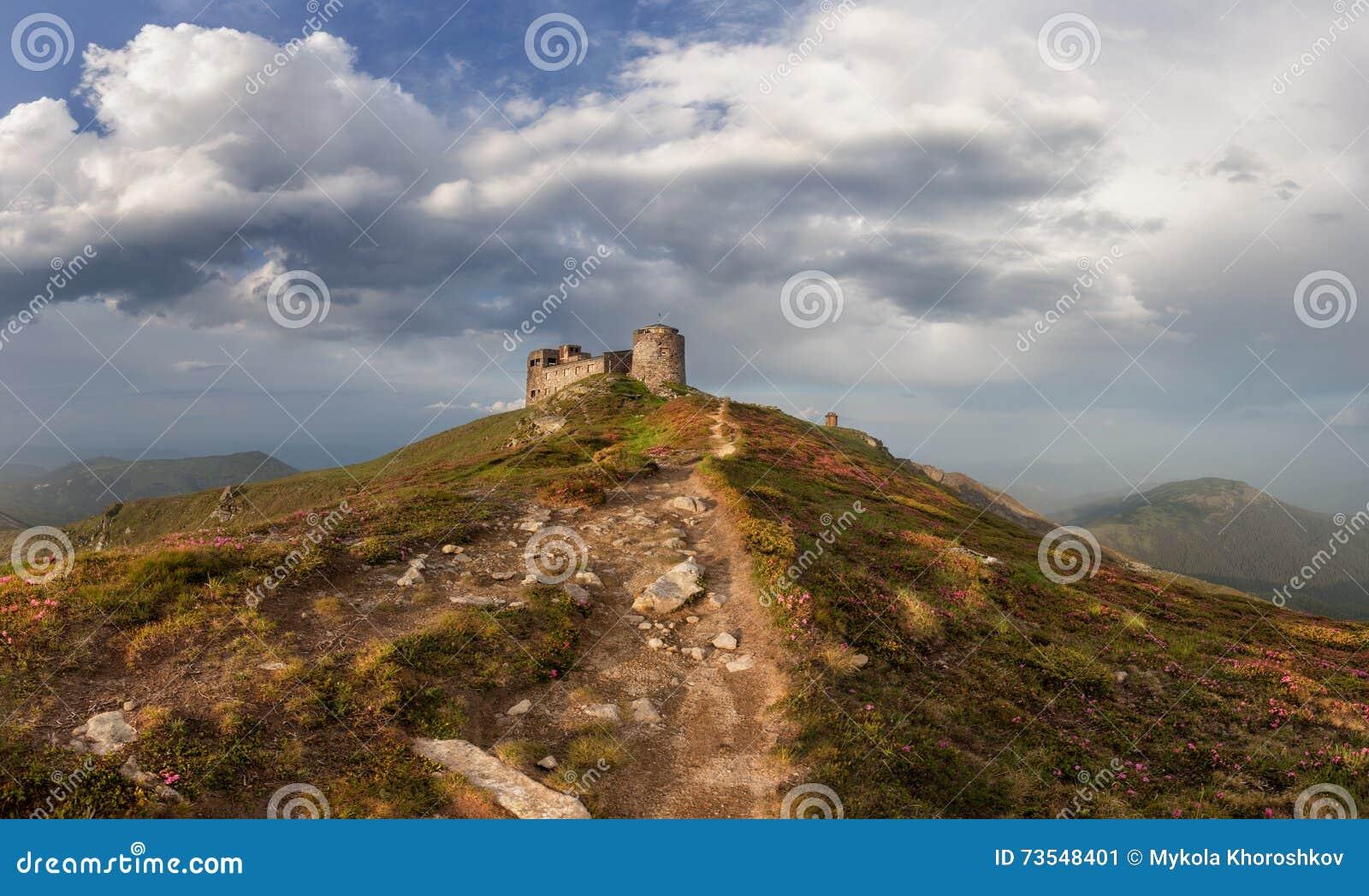 Panorama de vieilles ruines d observatoire aux montagnes carpathiennes