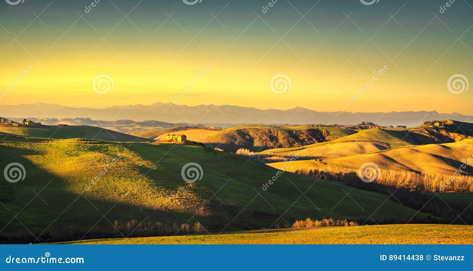 Panorama de Volterra, Rolling Hills e campos verdes no por do sol Tus