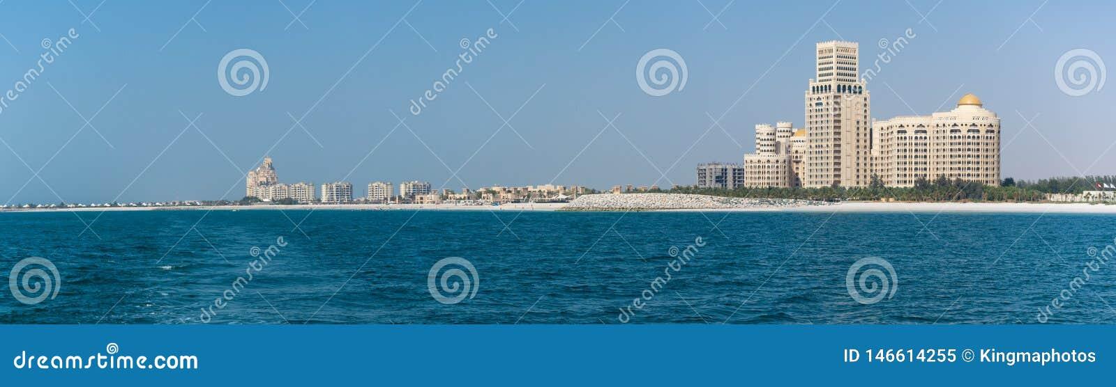 Panorama de Waldorf Astoria en Ras al Khaimah, United Arab Emirates UAE con el mar y la playa en la visión