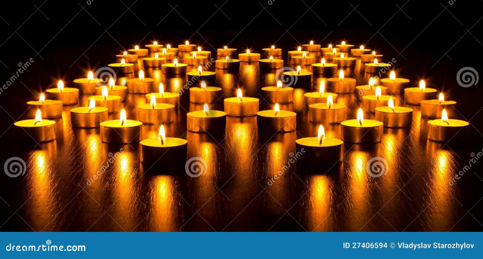Panorama dei molti candele brucianti