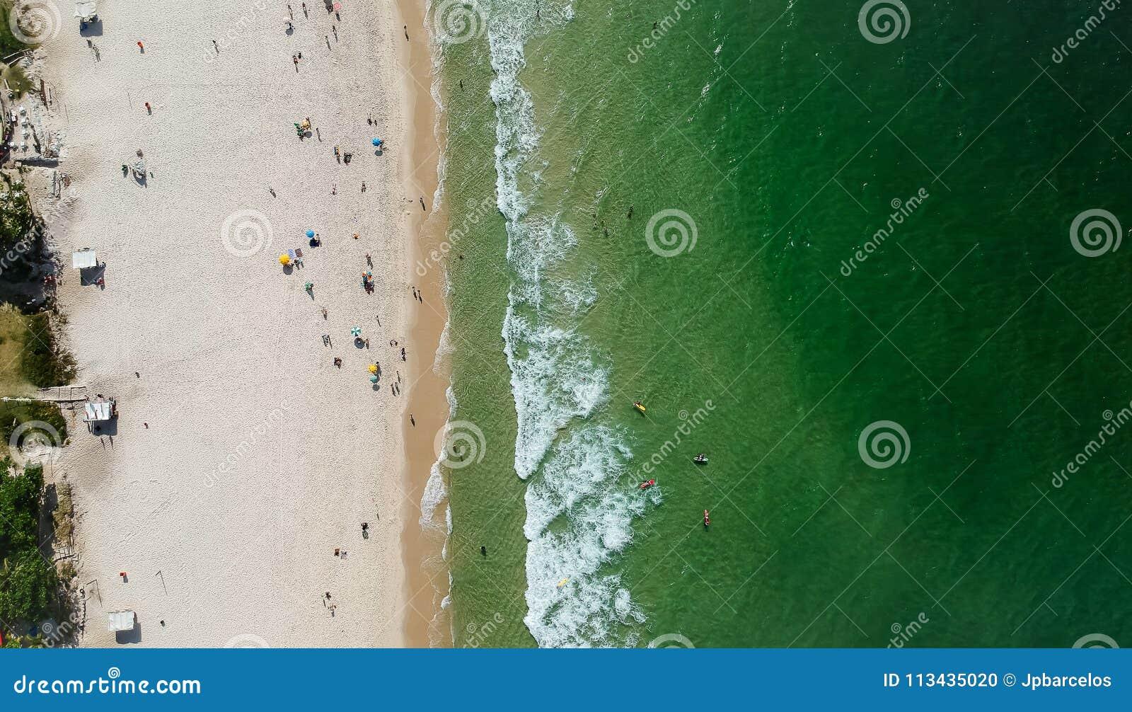 Panorama del abejón de la playa de Barra da Tijuca, Rio de Janeiro, el Brasil