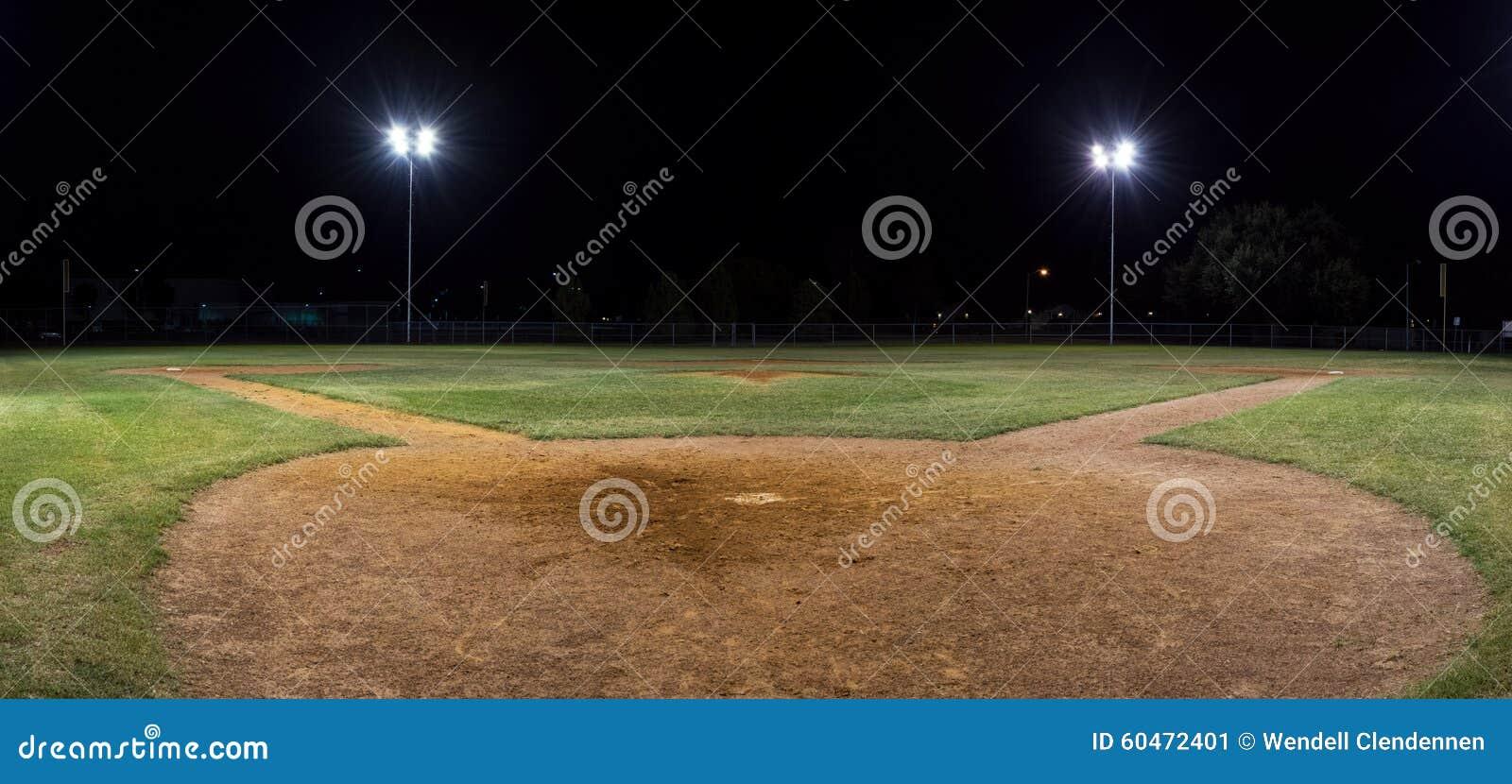 Panorama del campo di baseball vuoto alla notte da dietro patè domestico