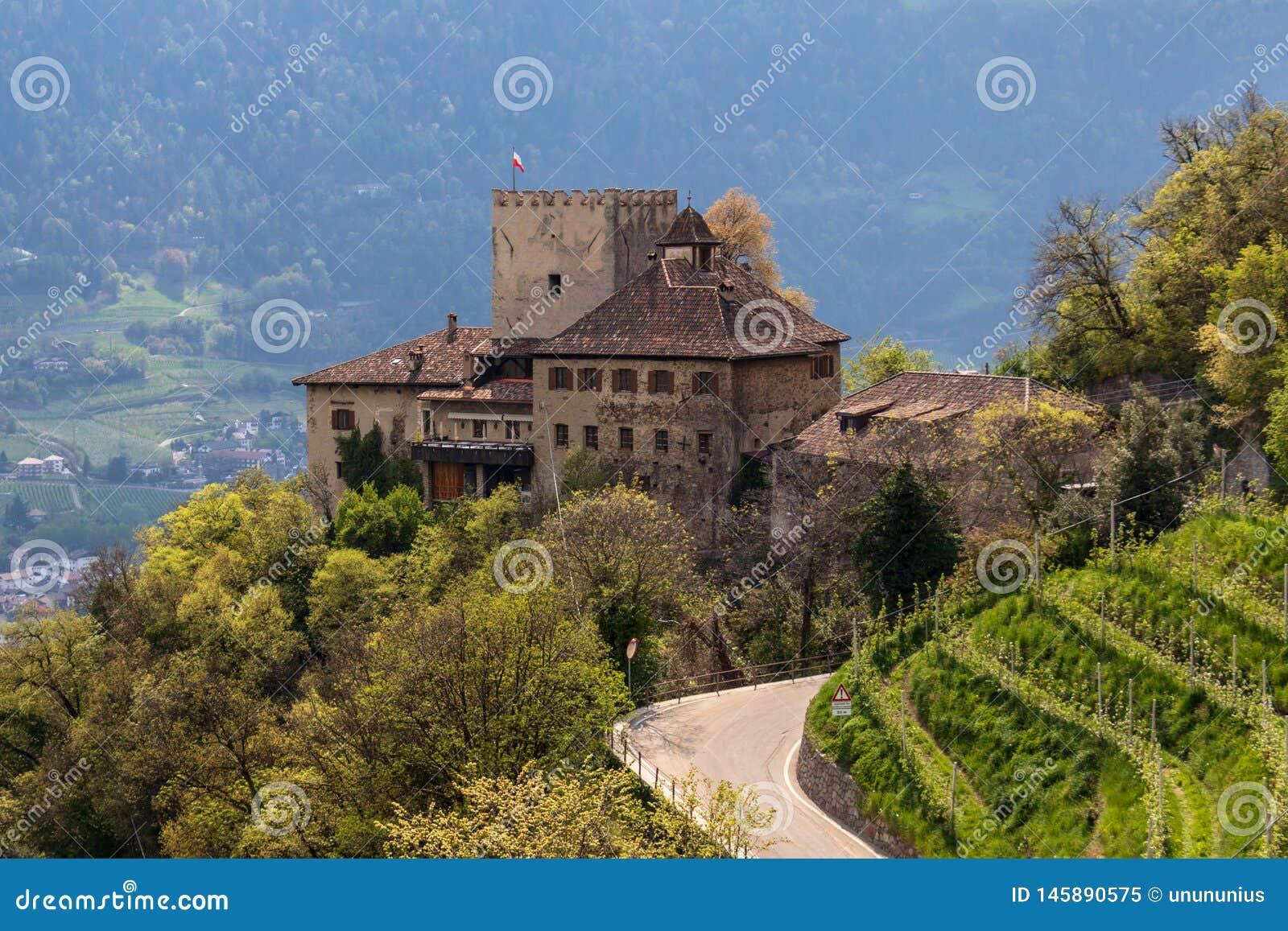 Panorama del castillo Thurnstein entre un paisaje verde de Meran Pueblo del Tirol, provincia Bolzano, el Tyrol del sur, Italia
