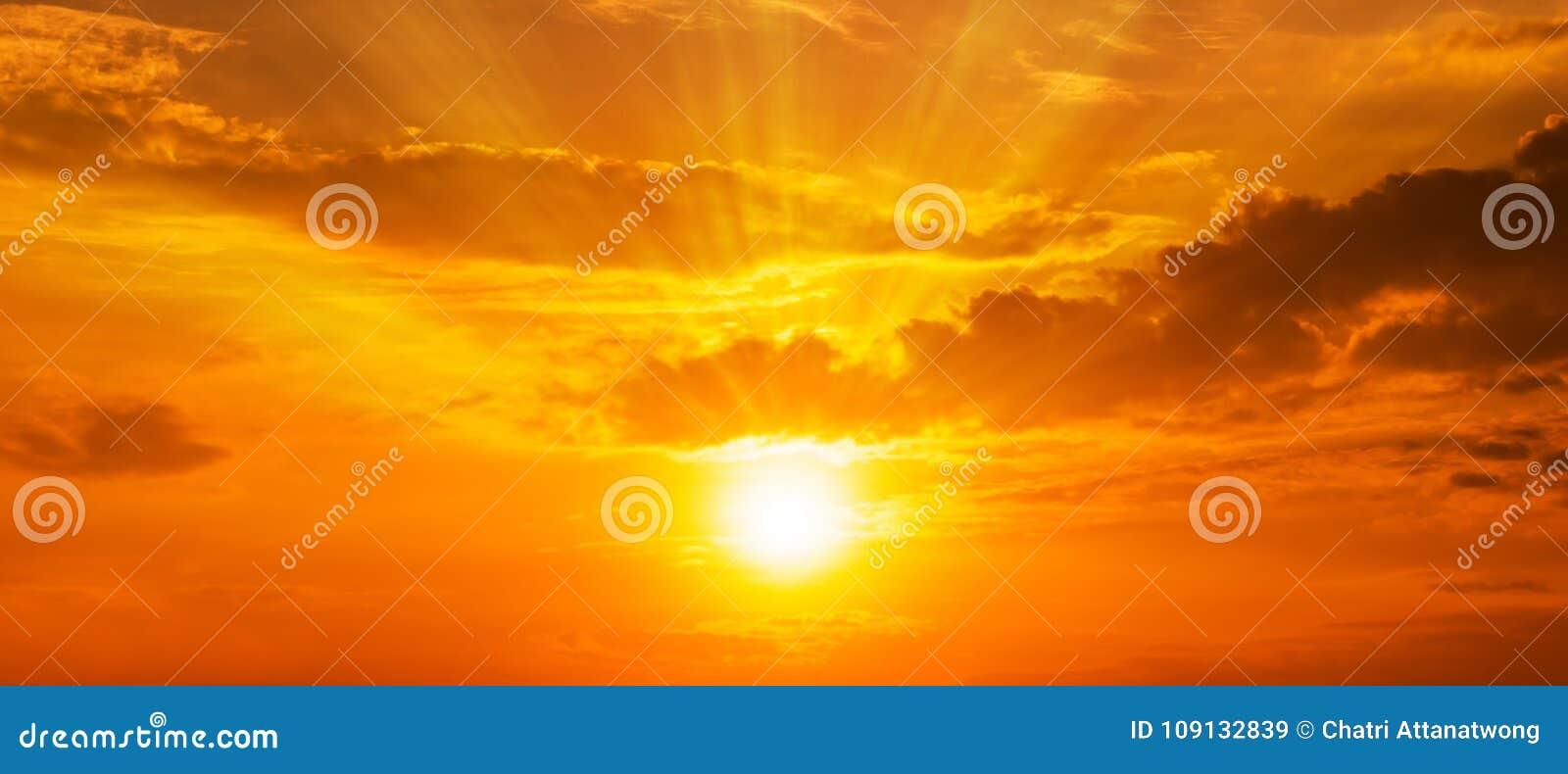 Panorama del fondo scenico di forte alba con lato positivo e la nuvola sul cielo arancio