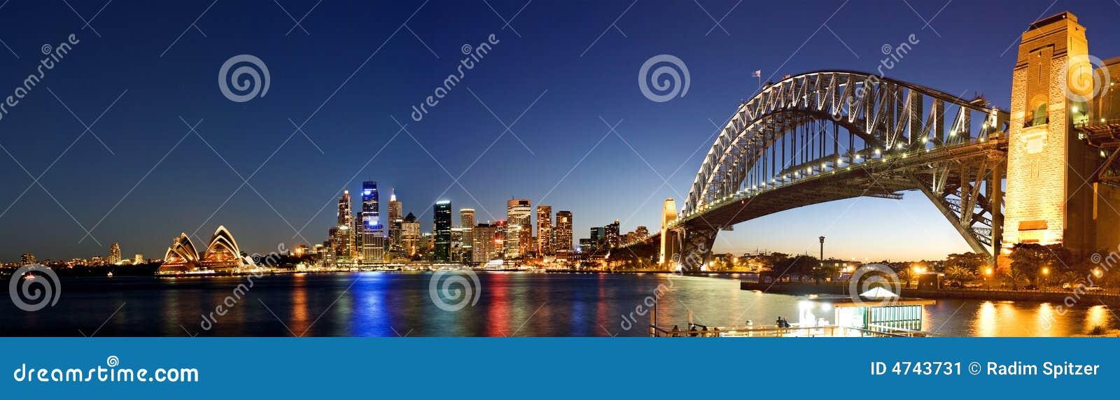 Panorama del horizonte de la Sydney-Noche