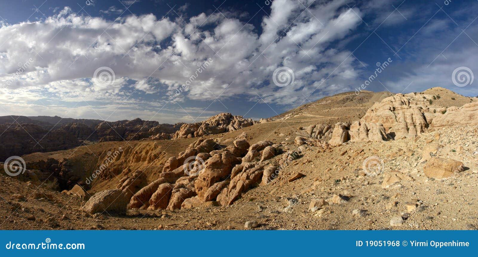 Panorama del lecho de un río seco Dana