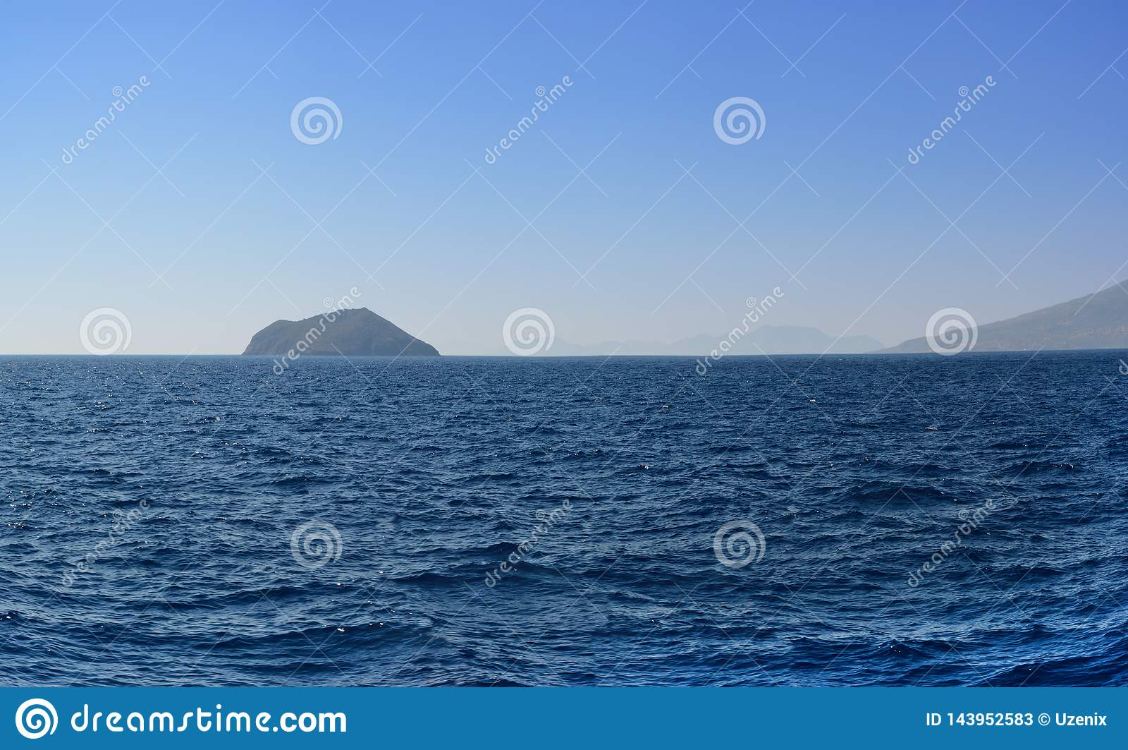 Panorama del Mar Egeo que pasa por alto las islas y las montañas siguientes por la tarde del verano después de una disminución se