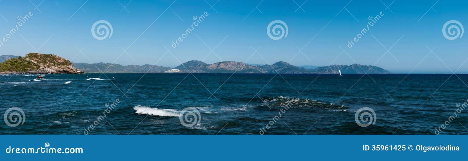 Panorama del Mar Egeo y de Taurus Mountains de Dalaman en Turquía