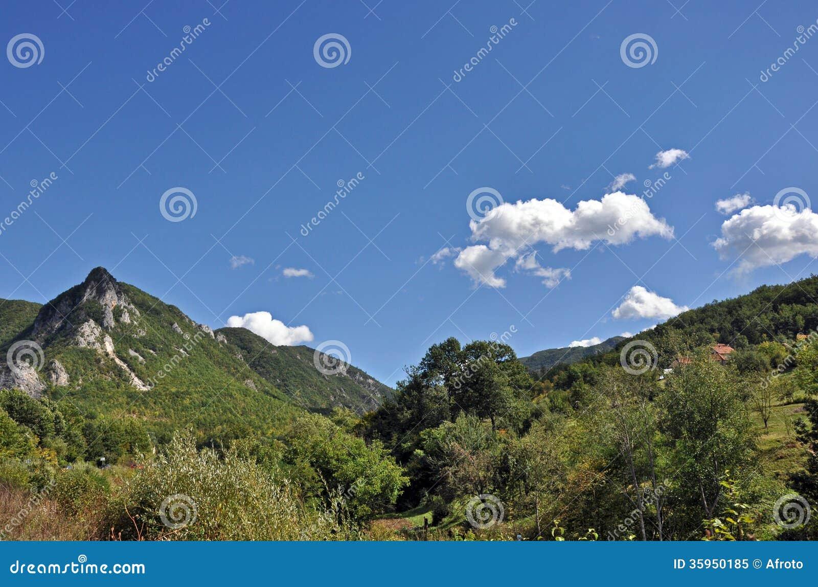 Panorama del paisaje de la montaña