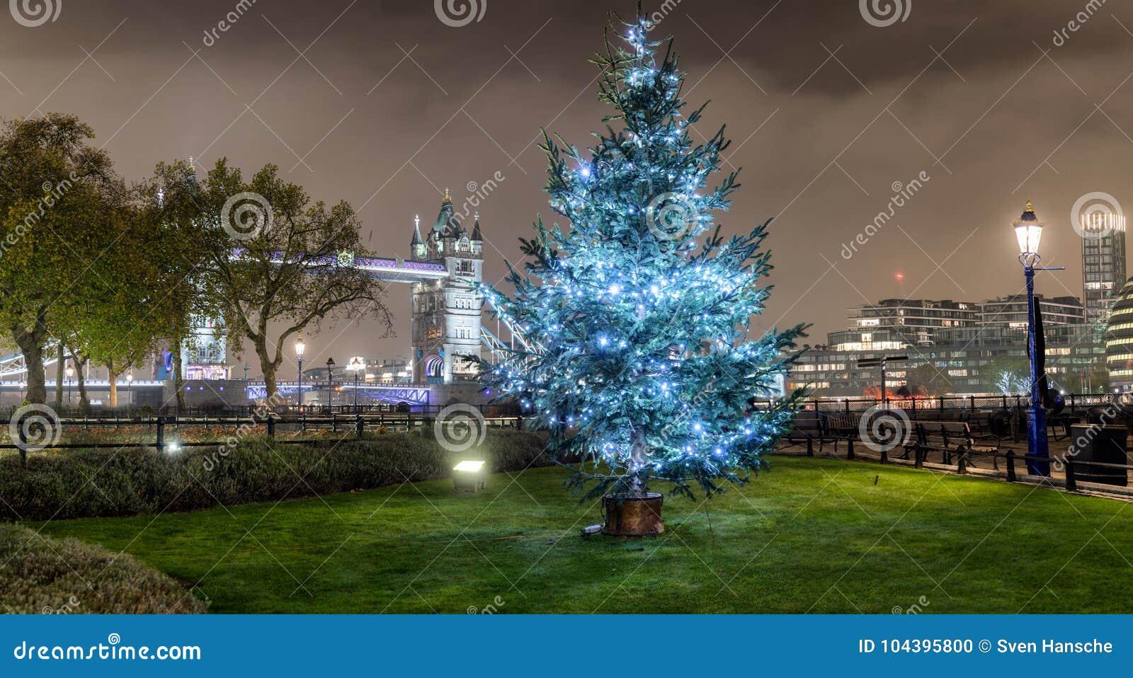 Panorama del puente de la torre en Londres con un árbol de navidad