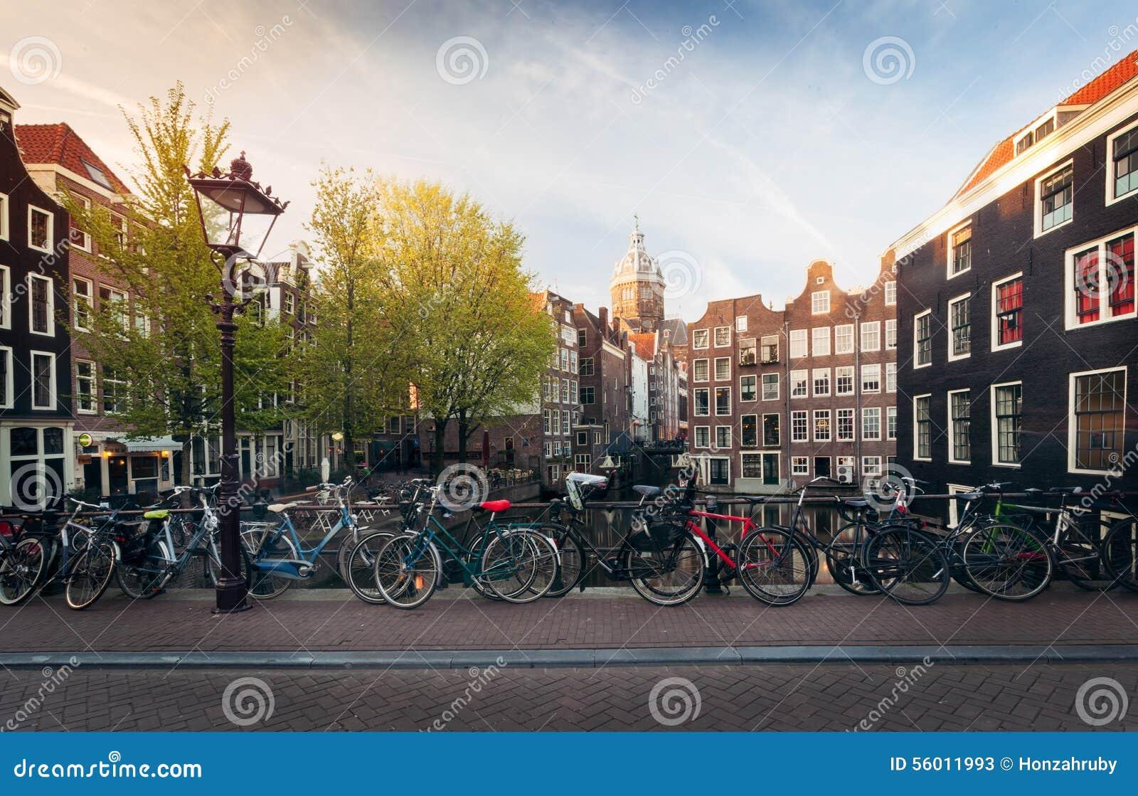 panorama del puente hermoso con las bicicletas holanda de amsterdam foto de archivo