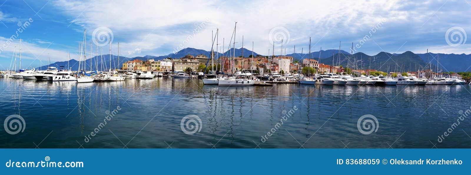 Panorama del san-Florent e del suo porto di svago