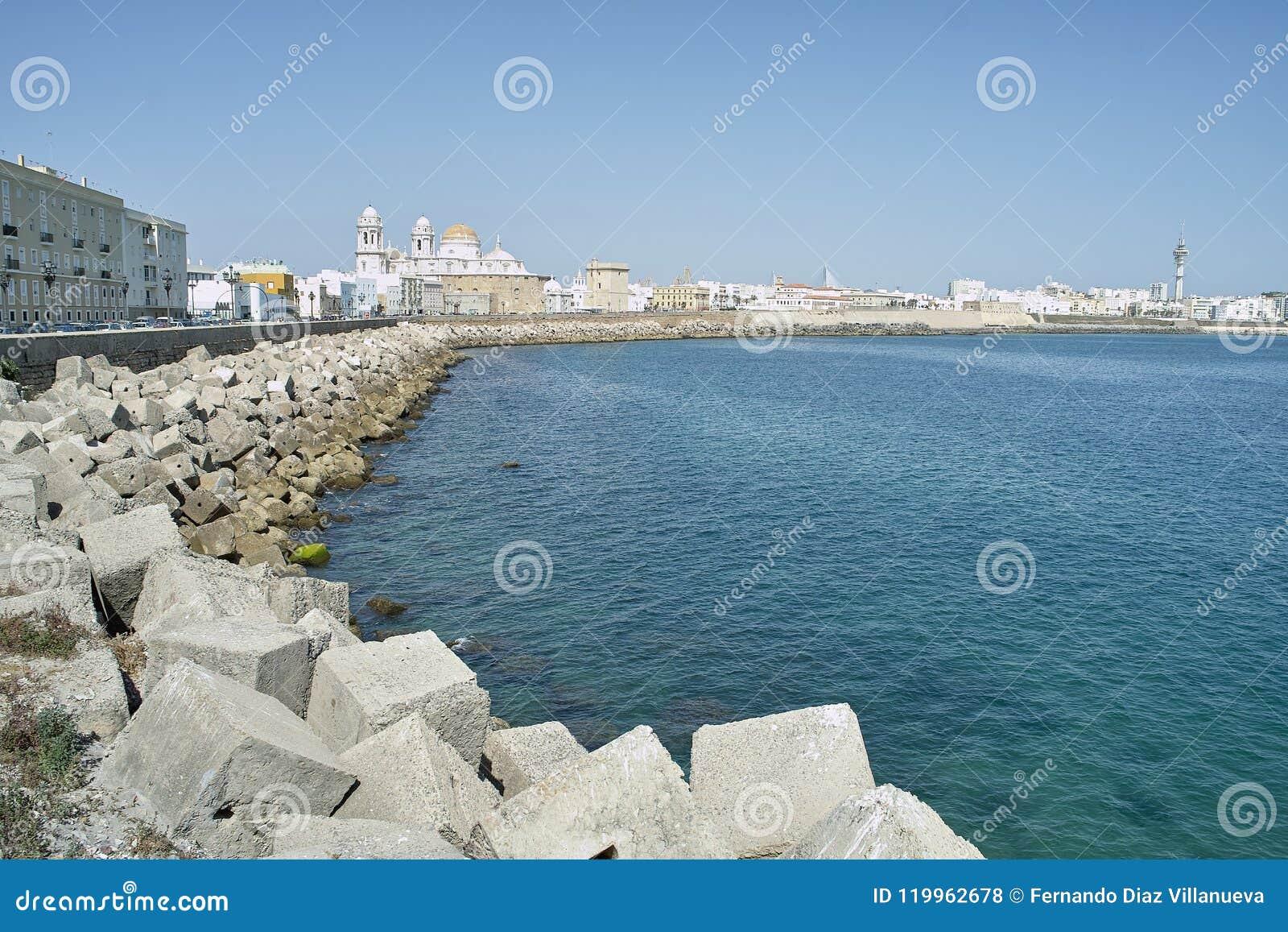 Panorama del terraplén de Cádiz en España