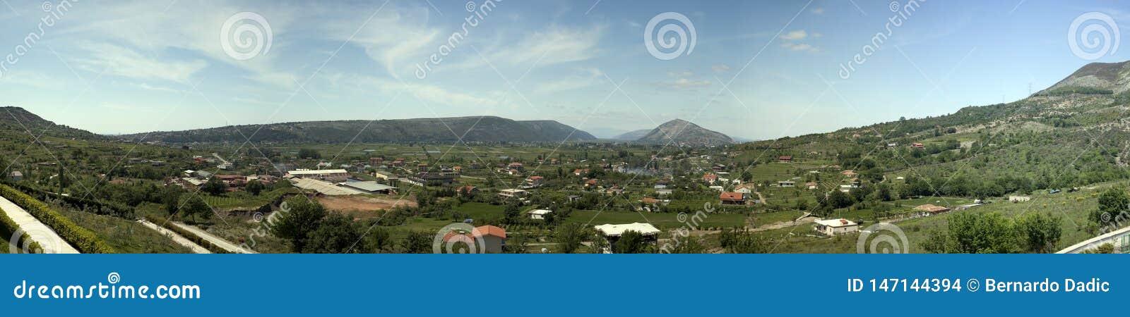 Panorama del valle en Albania fotos