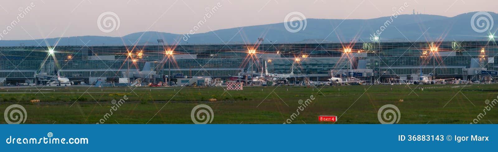 Download Panorama Dell'aeroporto Di Francoforte Sul Primo Mattino Fotografia Stock Editoriale - Immagine di divieto, aria: 36883143