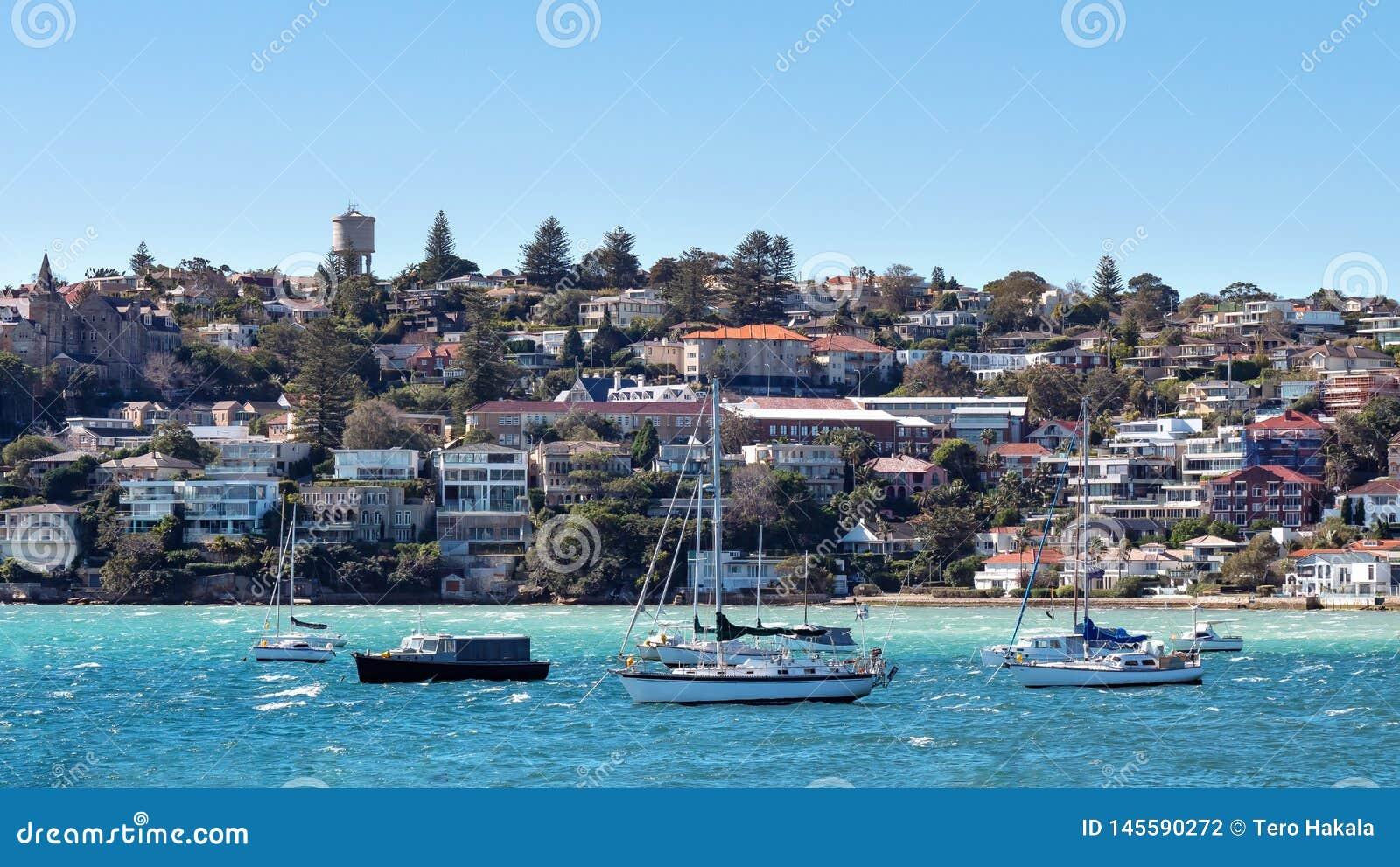 Panorama della baia Australia di Watsons come forma veduta il mare con le barche a vela nella parte anteriore