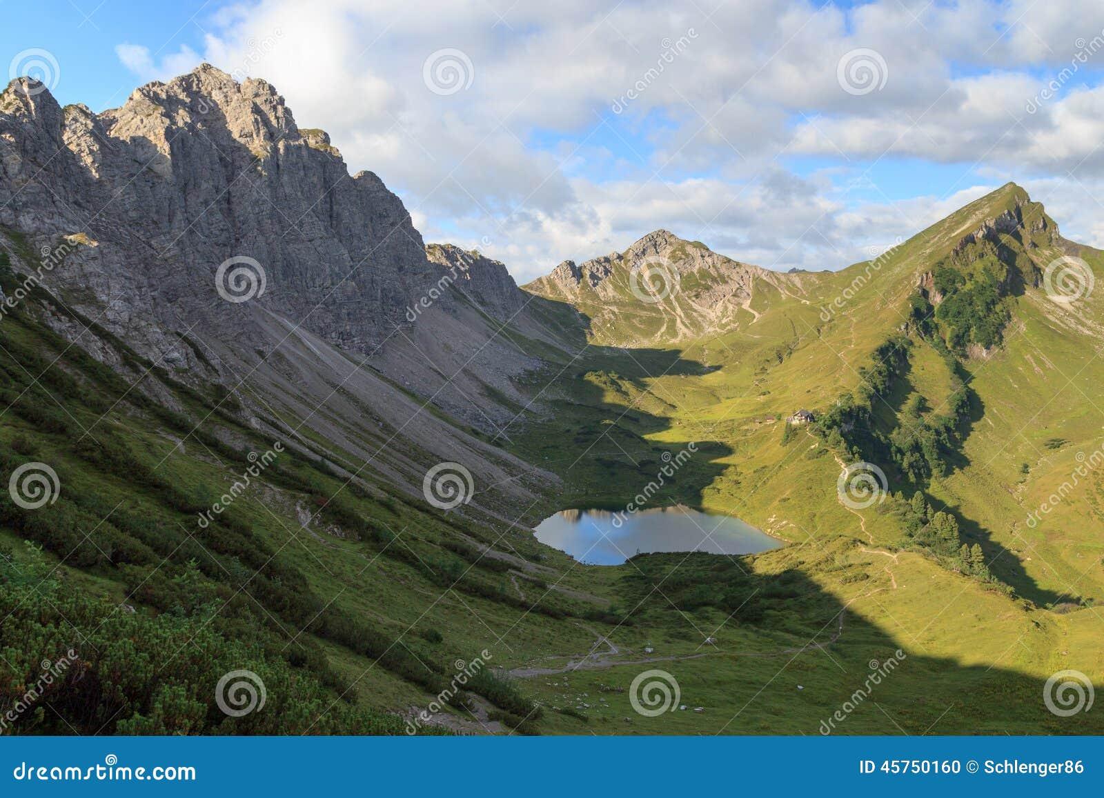Panorama della montagna con la capanna alpina