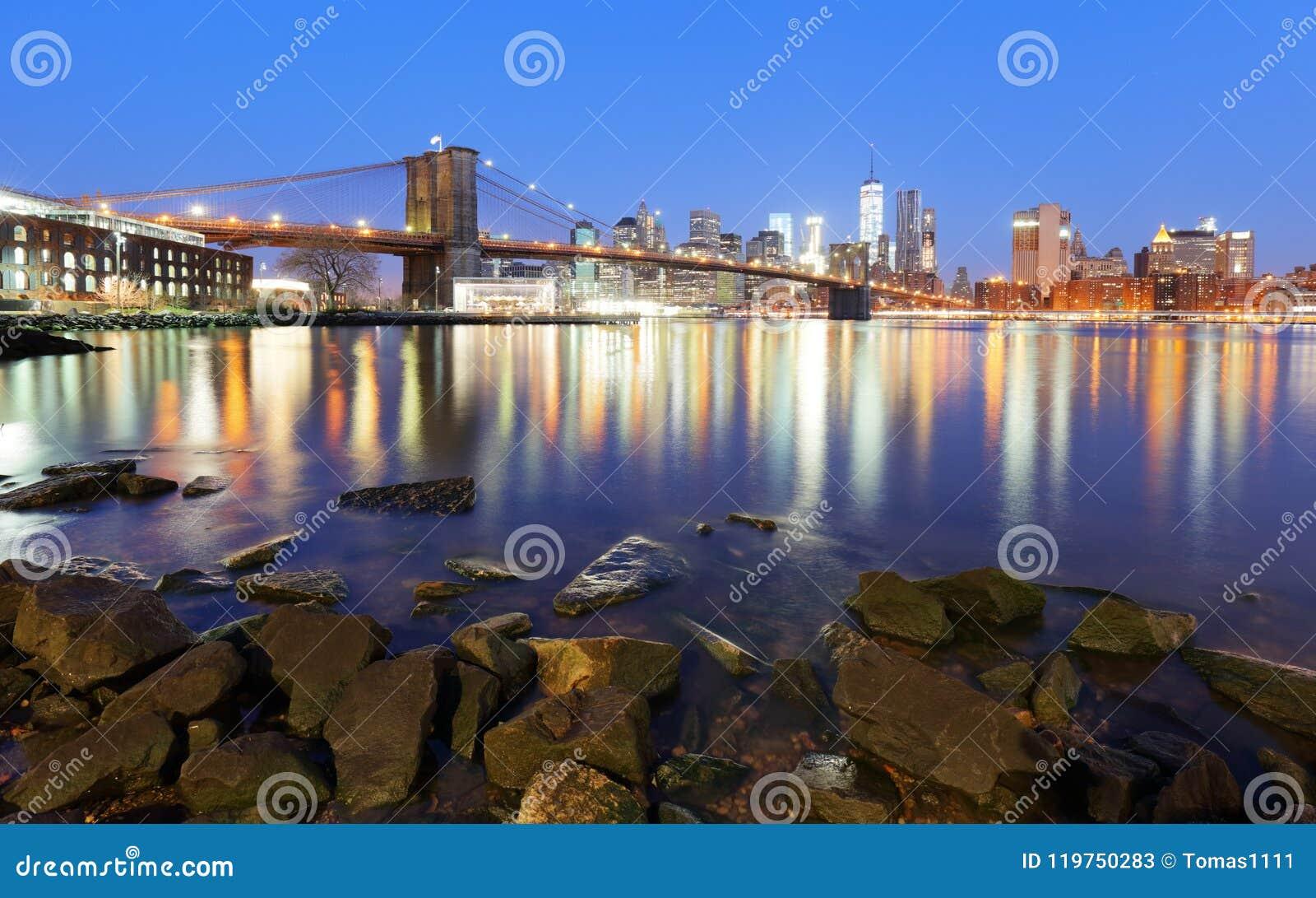 Panorama der Brooklyn-Brücke, des East Rivers und des Manhattans bei Sonnenuntergang