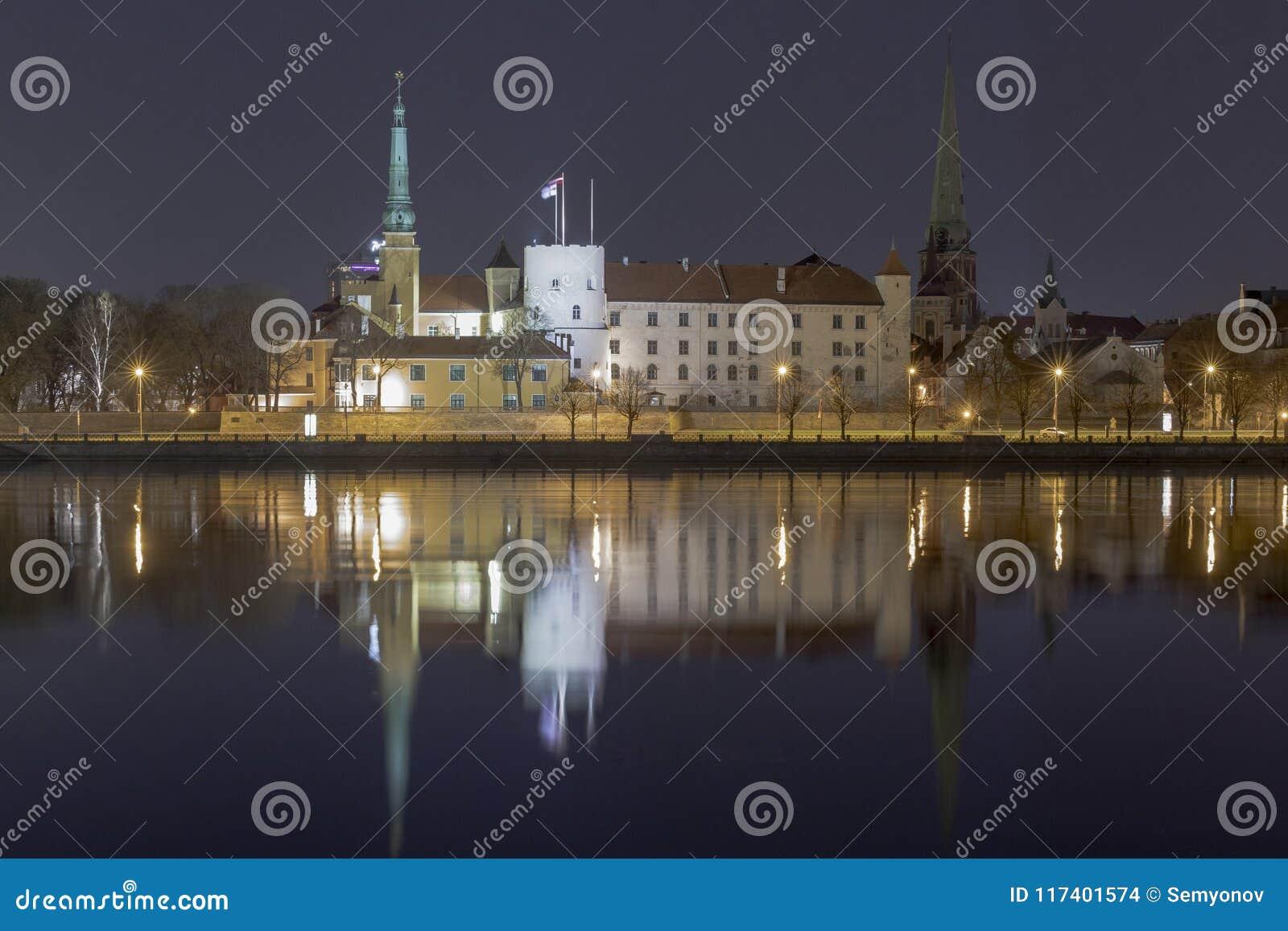 Panorama der Nacht Riga, Hauptstadt von Lettland Riga-Schlossnachtansicht