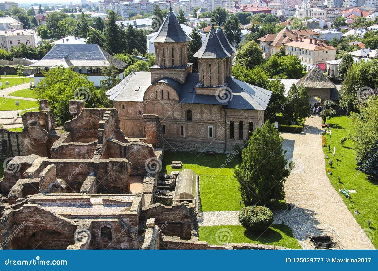 Panorama des ruines du vieux château et de l église orthodoxe du M