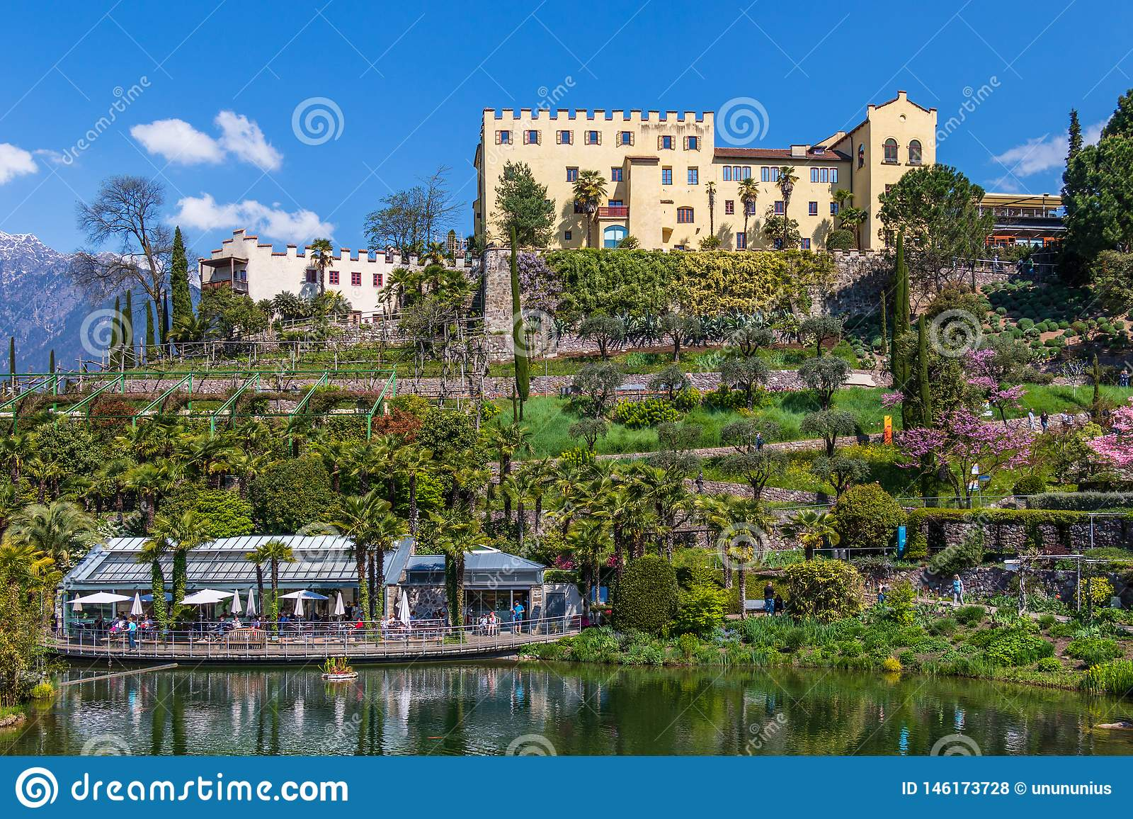 Panorama des Schlosses und der botanischen Gärten von Trauttmansdorff in einer Alpenlandschaft von Meran Merano, Provinz Bozen, S