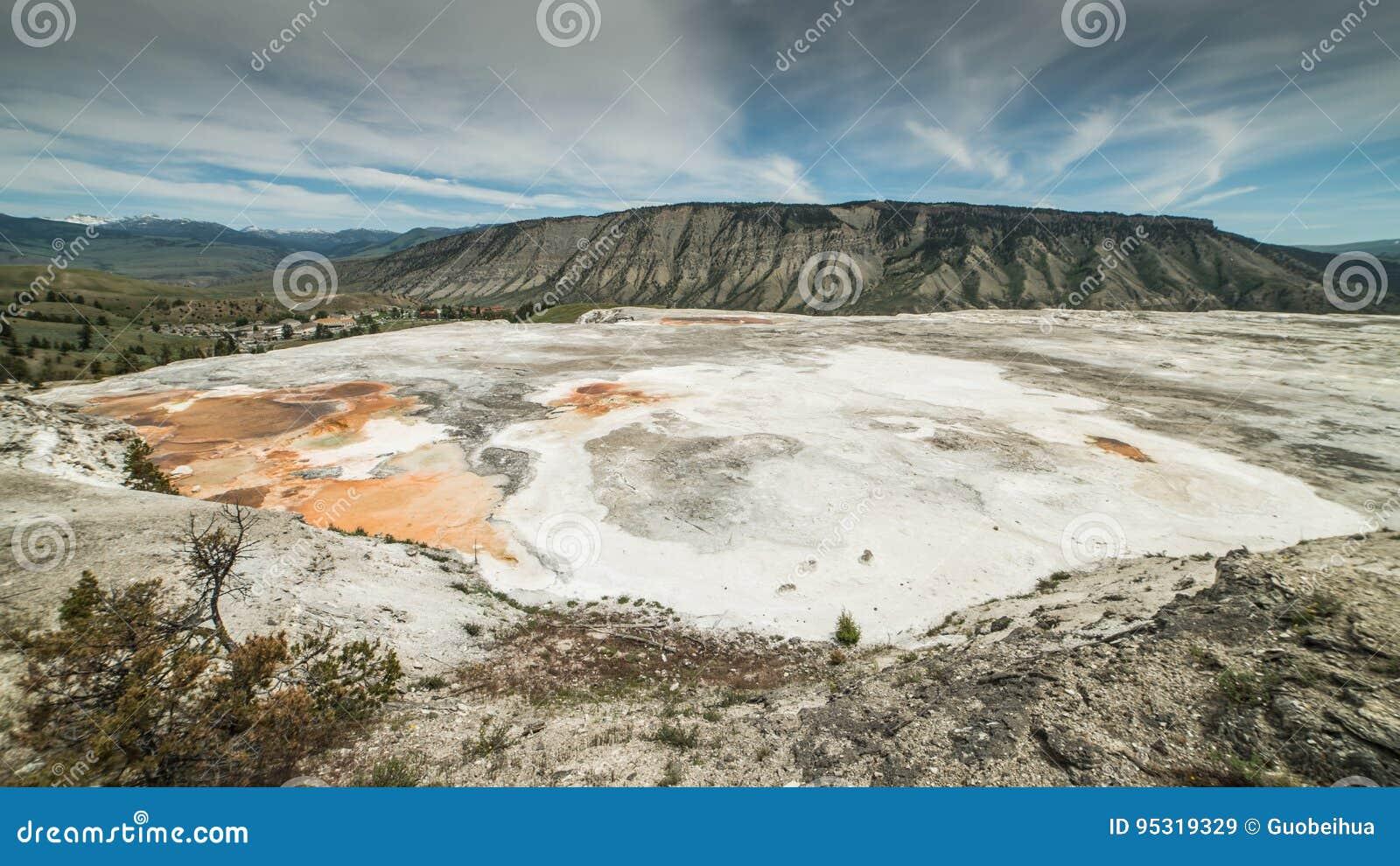 Panorama di area più bassa dei terrazzi vicino parco nazionale a Mammoth Hot Springs, Yellowstone, Wyoming