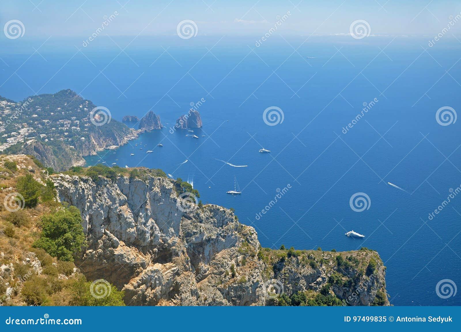 Panorama di Capri e di trascuratezza dell una delle lagune