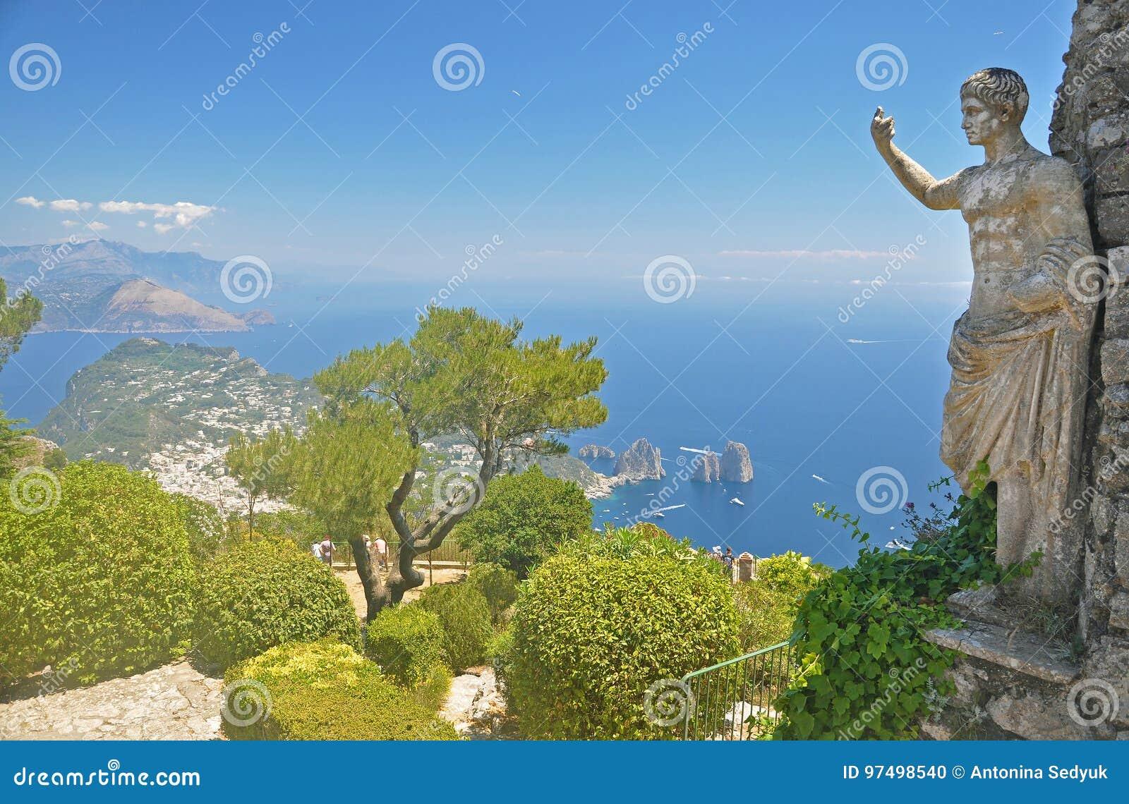 Panorama di Capri e di trascuratezza dell una delle lagune ed antico