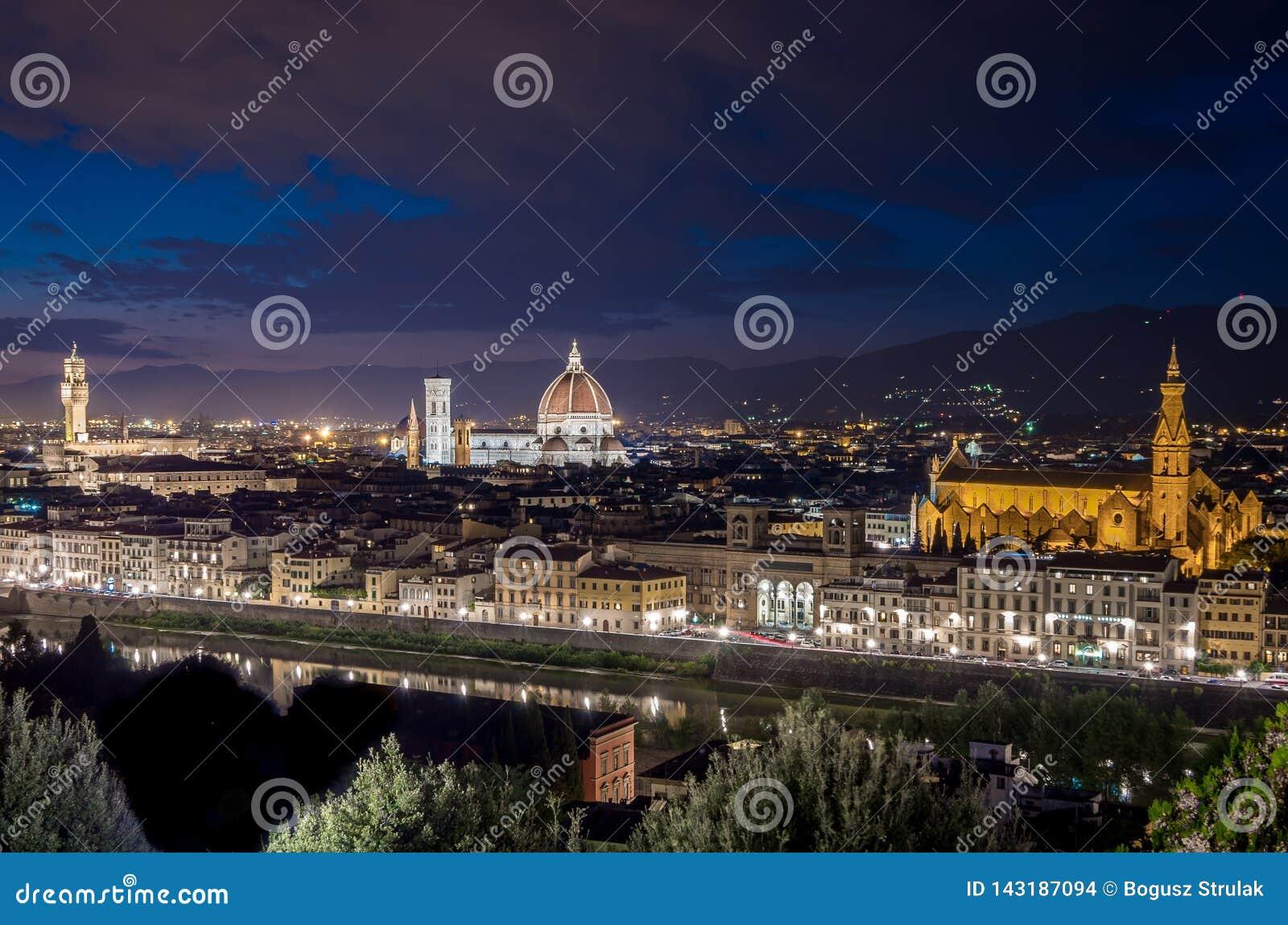 Panorama di Firenze con il duomo Santa Maria Del Fiore, torre di Palazzo Vecchio alla notte a Firenze, Toscana, Italia