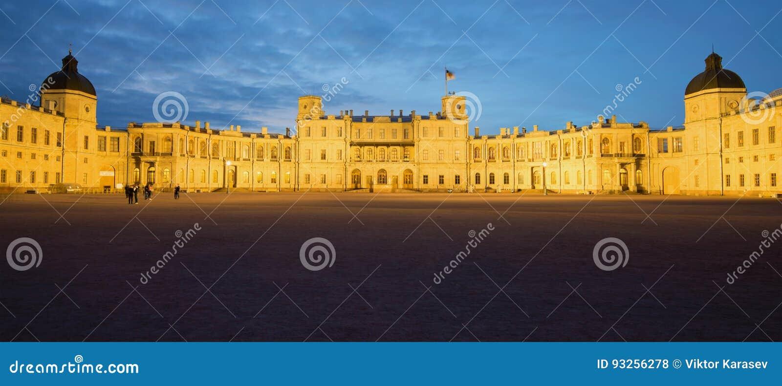 Panorama di grande palazzo di Gatcina nella penombra di maggio Gatchina, Russia
