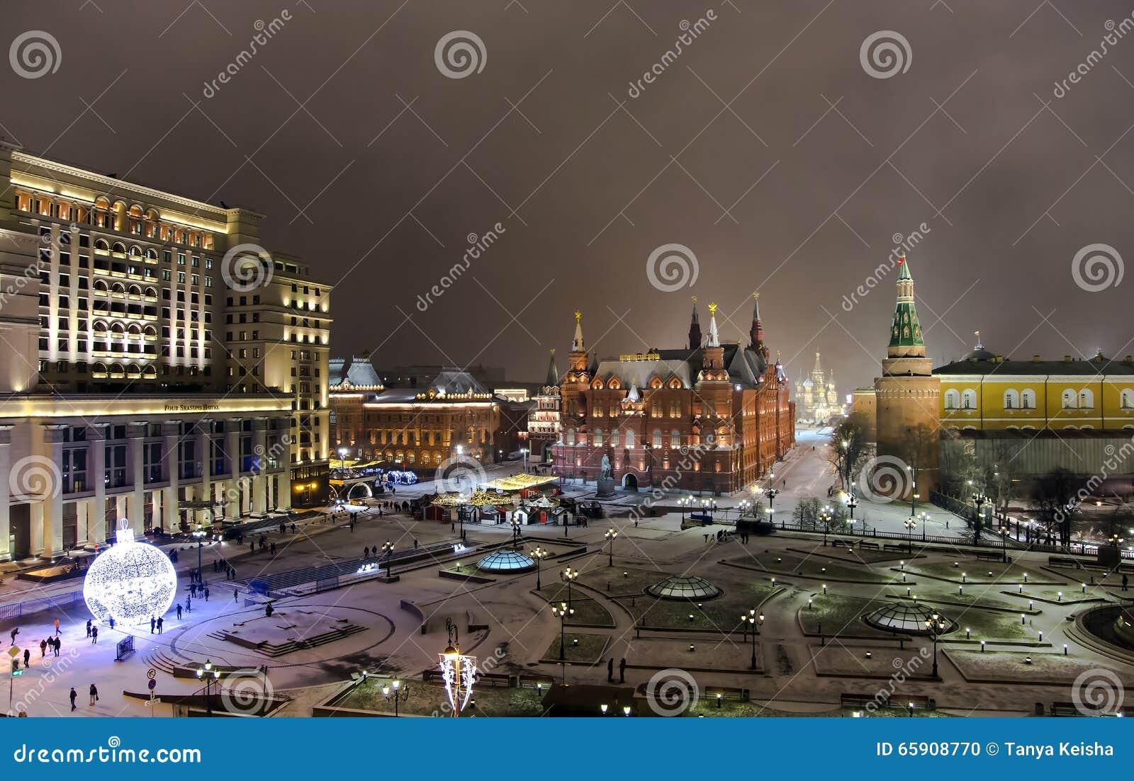 Panorama di notte del museo storico dello stato e della cattedrale di Vasiliy beatifici