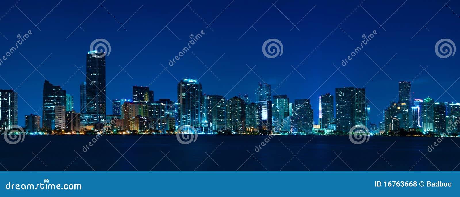 Panorama di notte dell orizzonte di Miami