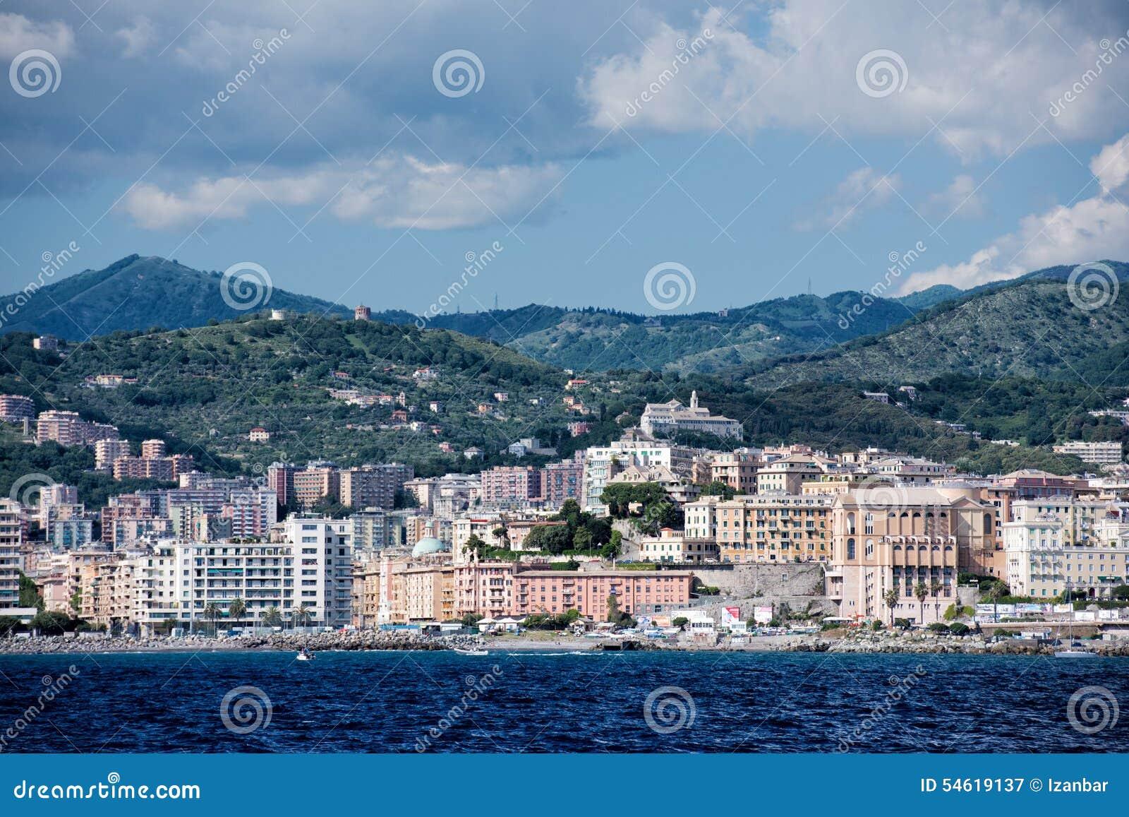 Panorama di paesaggio urbano della città di Genova dal mare