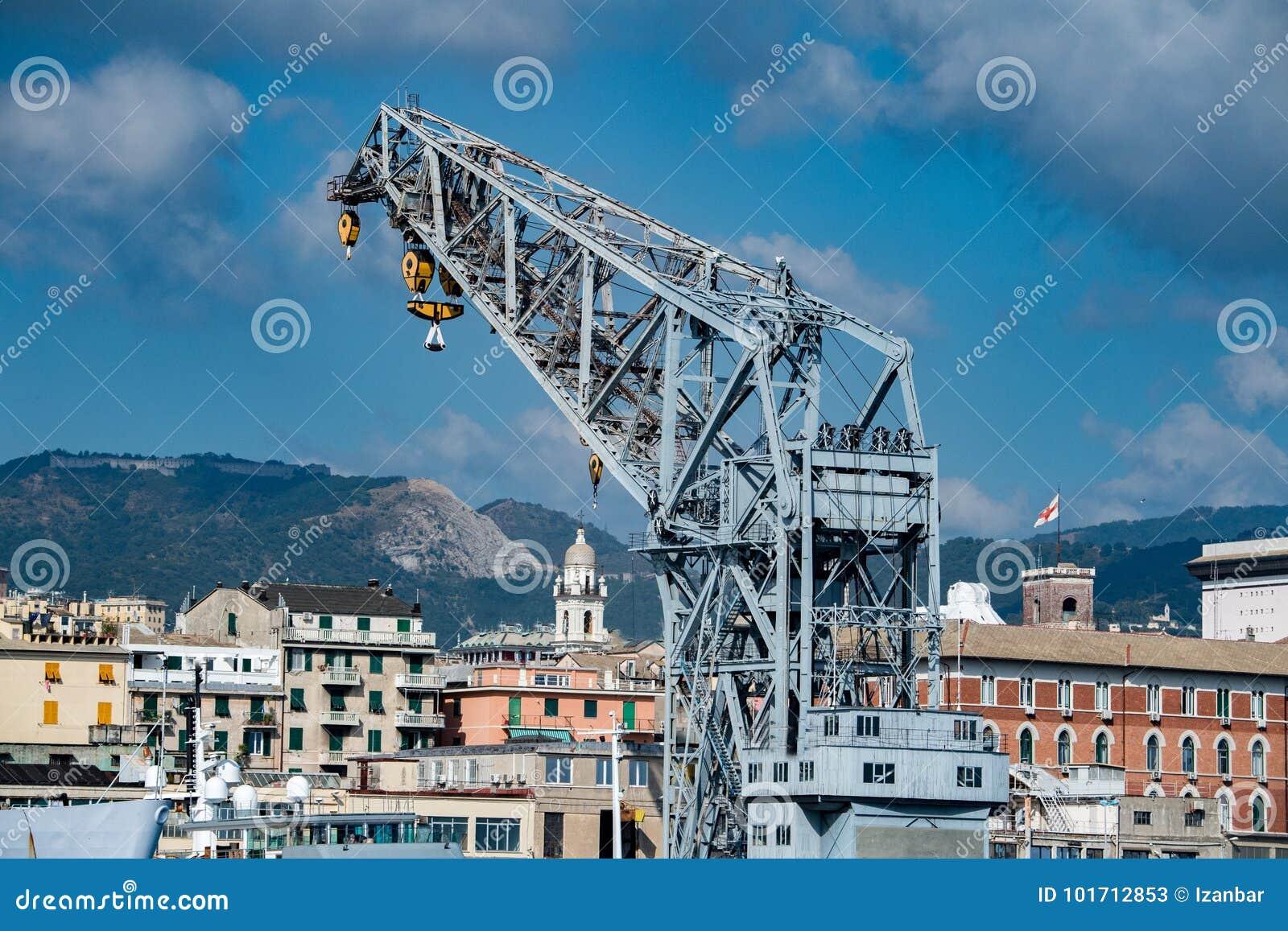 Panorama di paesaggio urbano della città di Genova dal porto del mare
