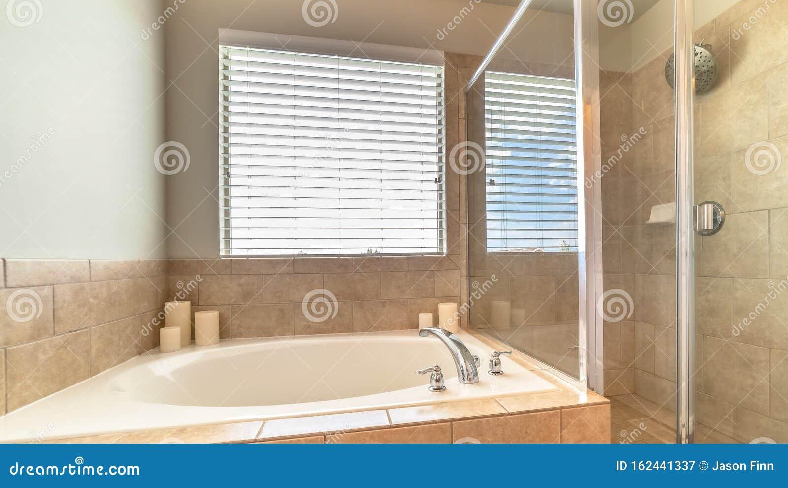Panorama Die In Einer Runden Badewanne Gebaute Badewanne Befindet Sich Im Badezimmer Eines Wohnhauses Stockbild Bild Von Panorama Befindet 162441337