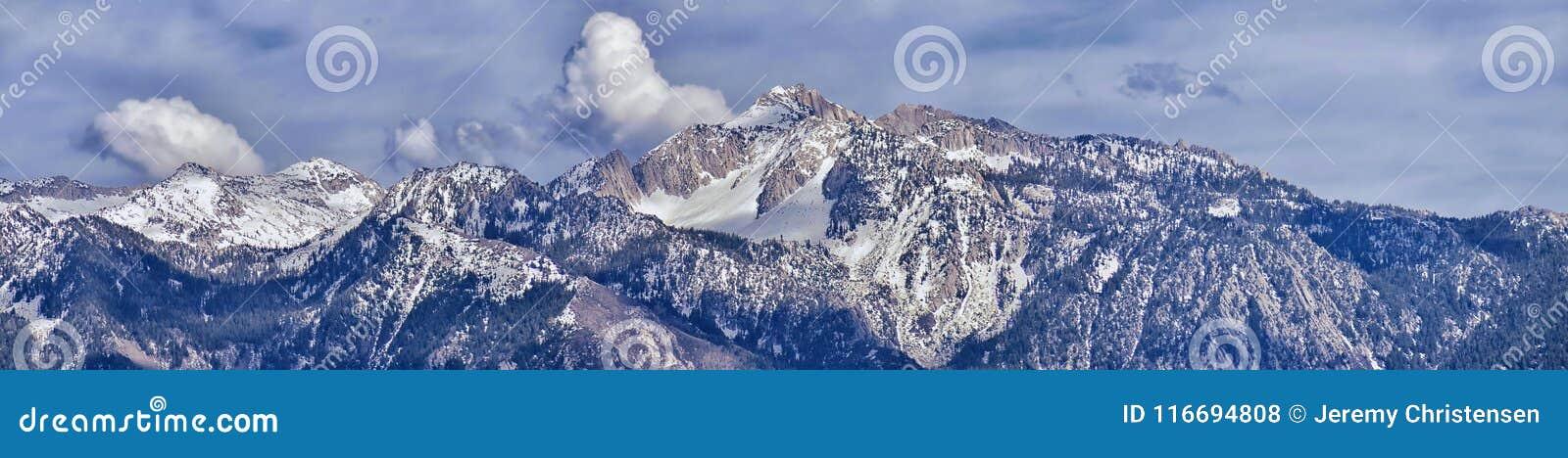 Panorama die van Wasatch Front Rocky Mountain, Eenzame Piek en Donderberg van de Vallei van Great Salt Lake in oor benadrukken