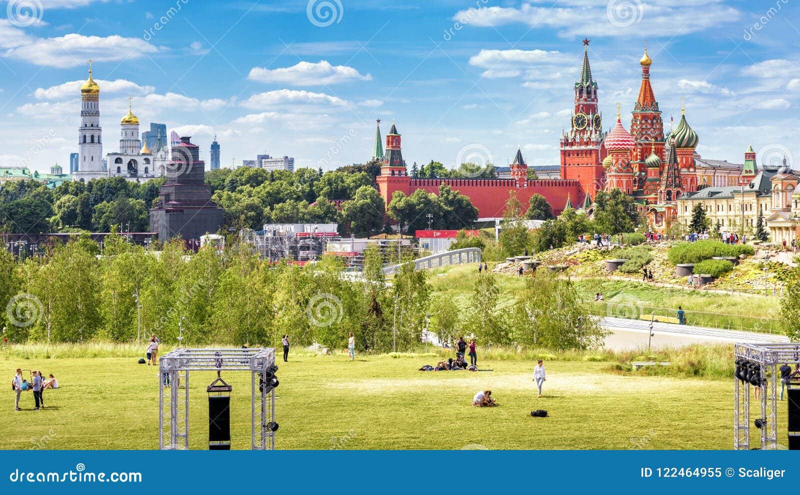 Panorama die van Zaryadye-Park Moskou het Kremlin, Rusland overzien