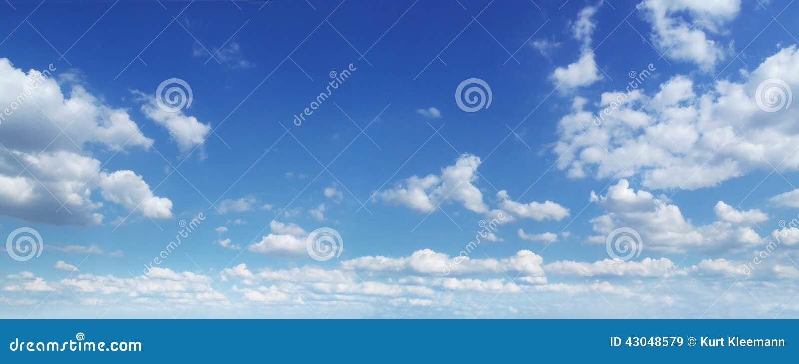 Panorama do céu nebuloso