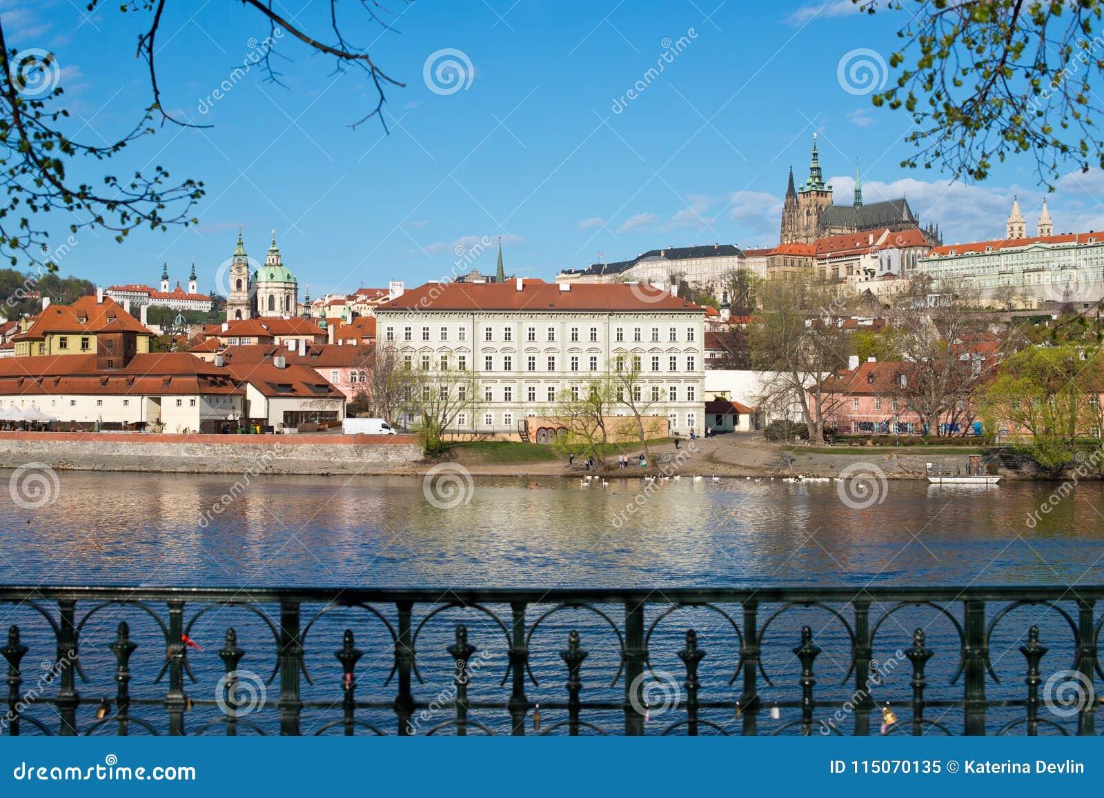 Panorama do castelo de Praga com Vltava