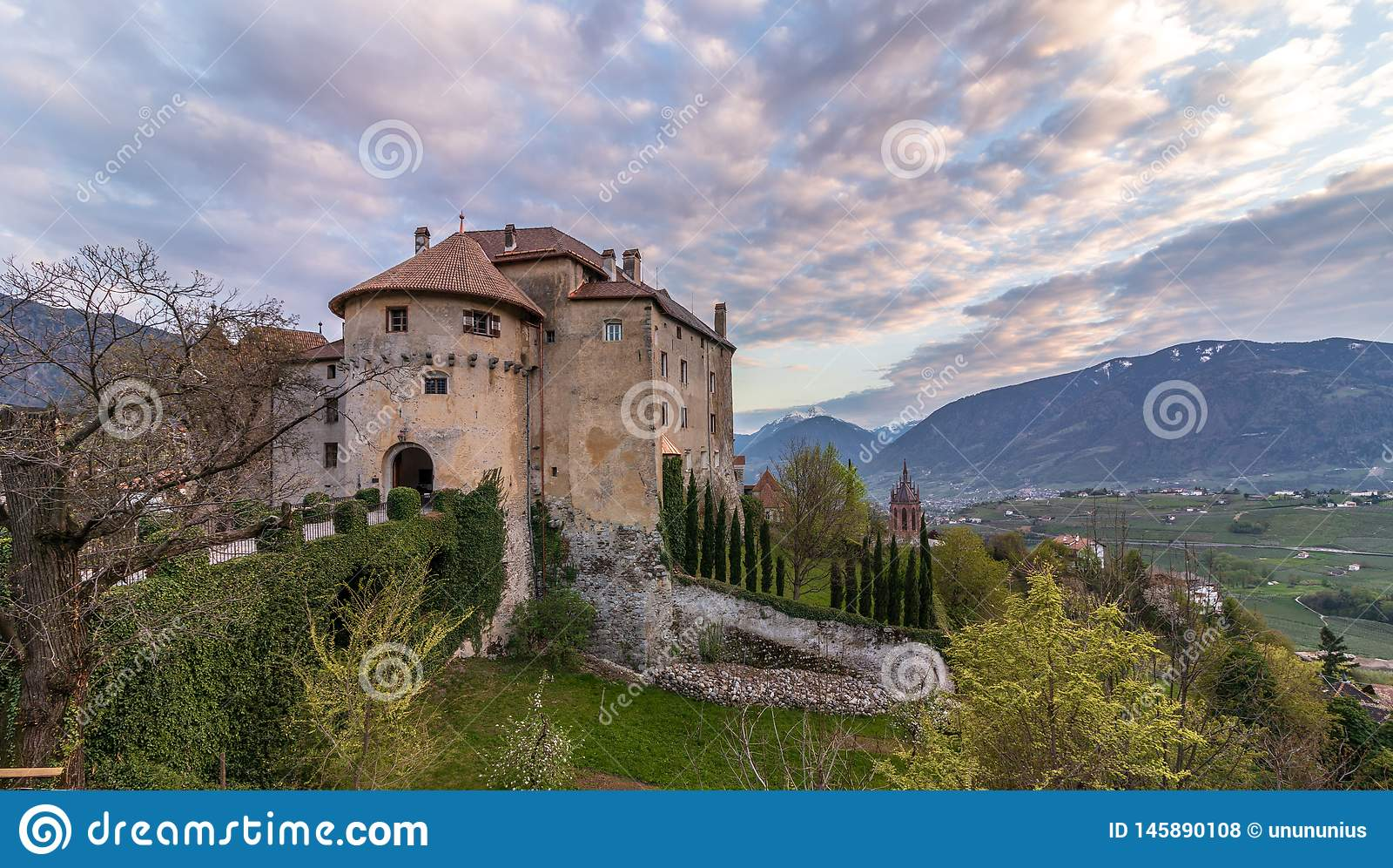 Panorama do castelo Schenna Scena perto de Meran durante o por do sol Schenna, prov?ncia Bolzano, Tirol sul, It?lia