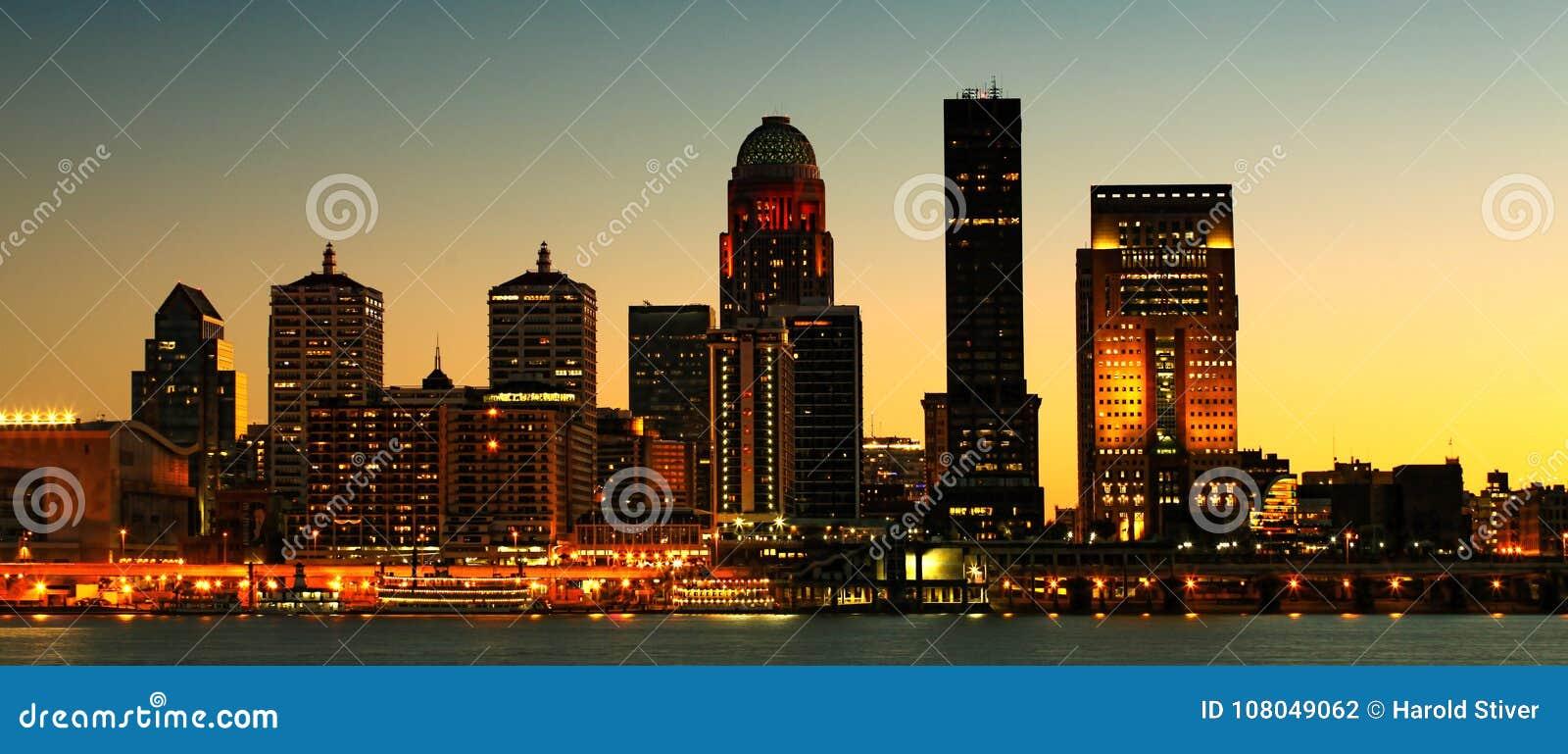 Panorama do centro da cidade da noite de Louisville através do Rio Ohio
