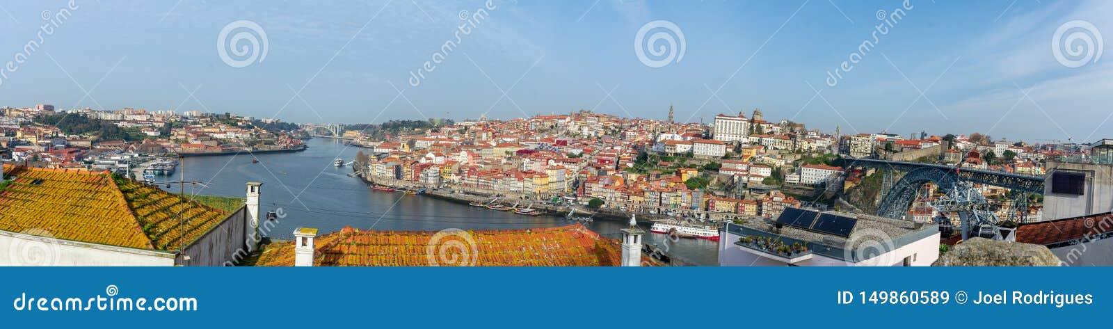Panorama do centro de Porto como visto do banco do sul do rio de Douro