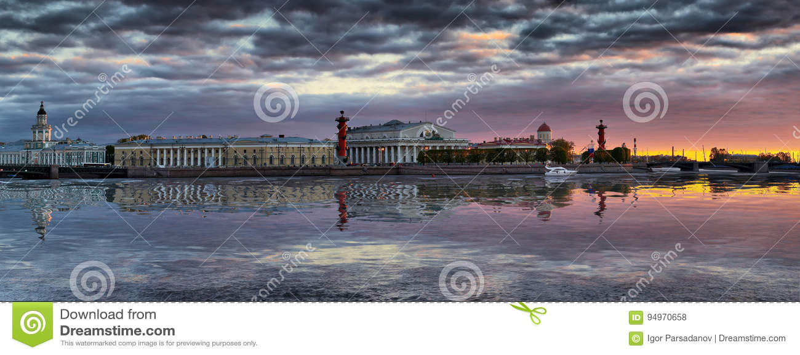 Panorama do cuspe de Vasilyevsky Island em St Petersburg