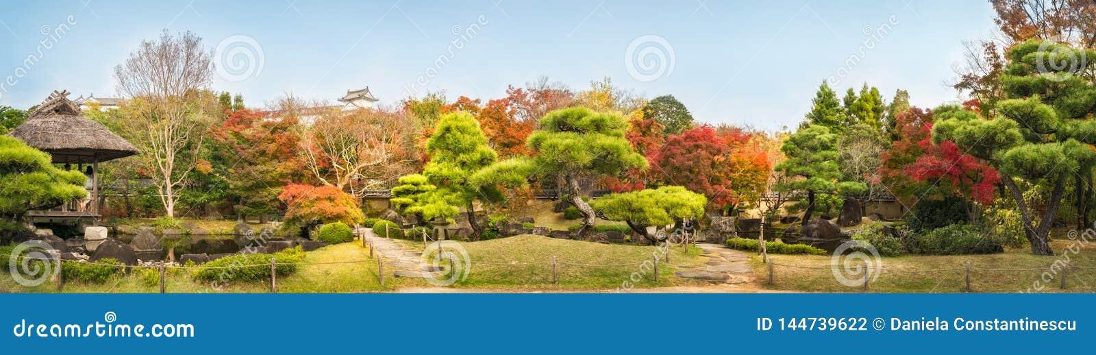 Panorama do jardim do estilo chinês no outono nos jardins Koko-en japoneses em Himeji, Japão
