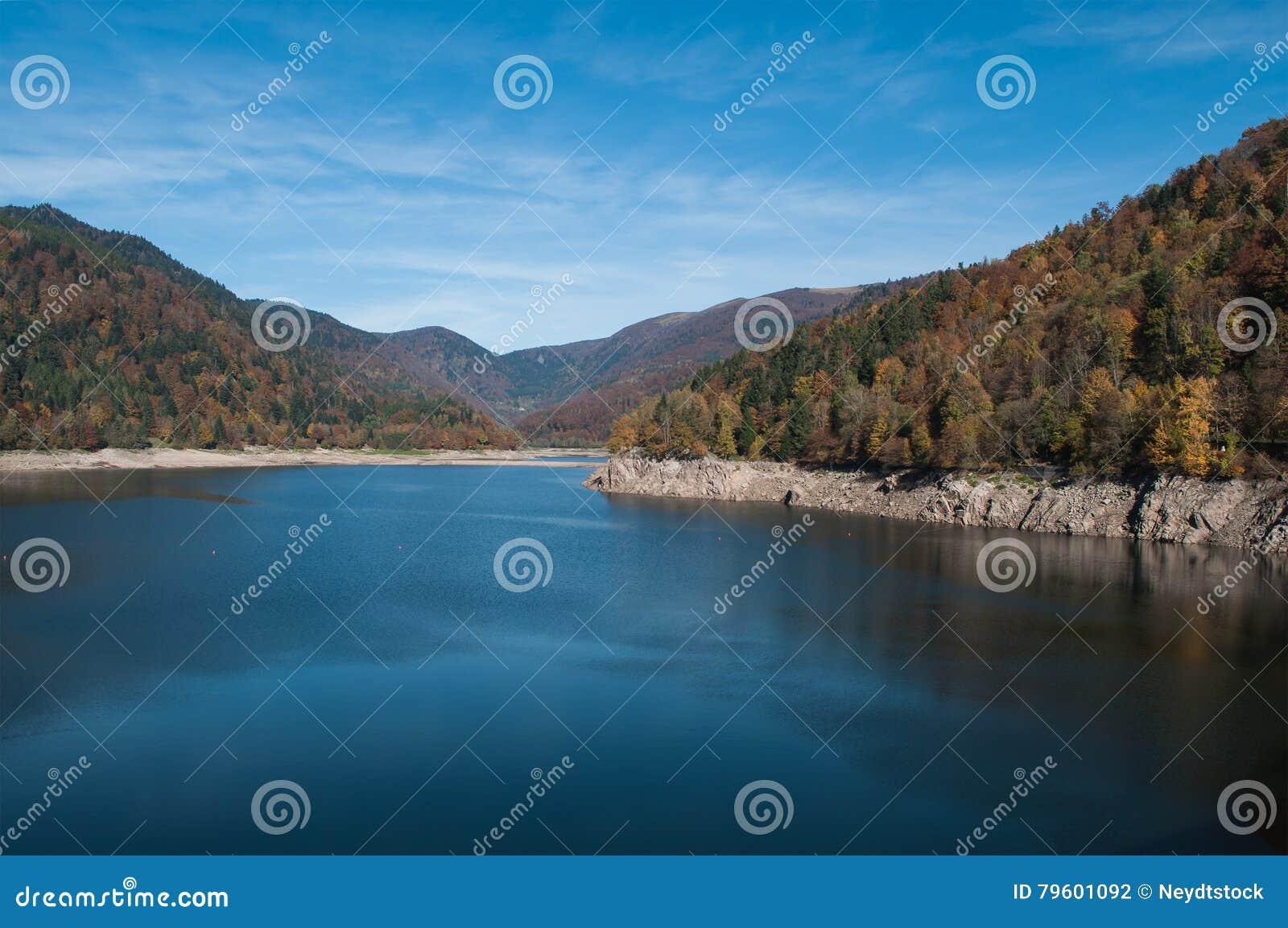 Panorama do lago alsatian de Kruth